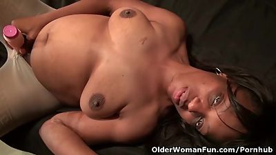 American milf Lexus gives herself a..