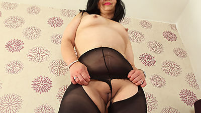 English milf CandyLips looks hot in..