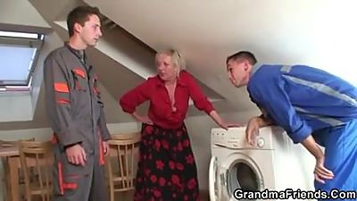 Old grandma spreads legs for two..