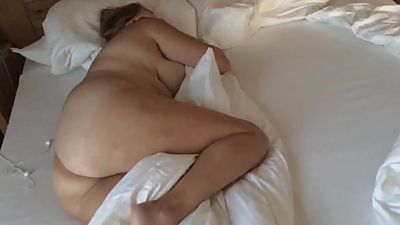 peep on unaware MILF in hotel room